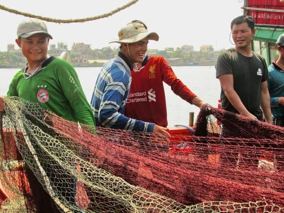 Ngư dân Hà Tĩnh, Quảng Bình tiếp tục ra khơi ảnh 1