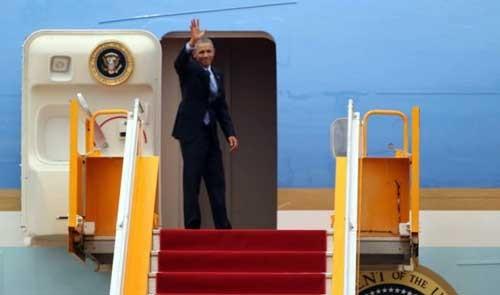 Người dân TP.HCM đứng kín ven đường tiễn ông Obama ảnh 1