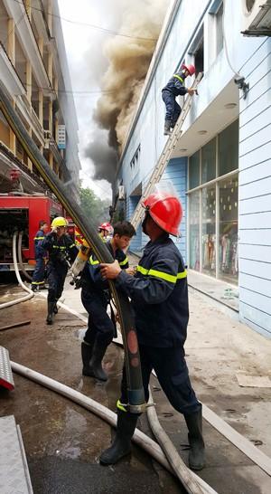 Hà Nội: Cháy lớn tại kho hàng sản xuất gỗ ảnh 4