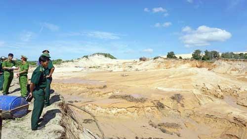 Vỡ bờ hồ chứa nước đãi titan, khu du lịch chìm trong bùn đất ảnh 1