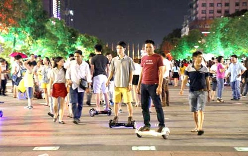 Nhiều vụ xe điện cân bằng đụng người ở phố đi bộ ảnh 1