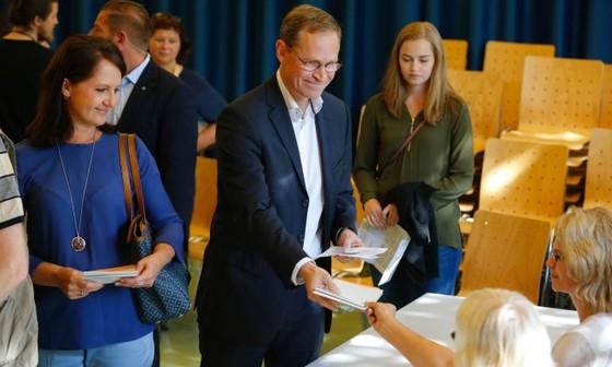 Đảng bà Merkel tiếp tục mất điểm ở Berlin ảnh 1