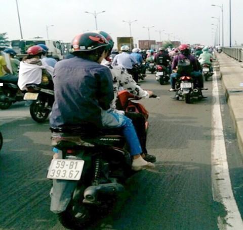 Kẹt xe kéo dài trên cầu Rạch Chiếc ảnh 1