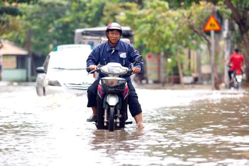 """Nhiều tuyến đường vẫn ngập sau cơn mưa """"lịch sử"""" ảnh 1"""