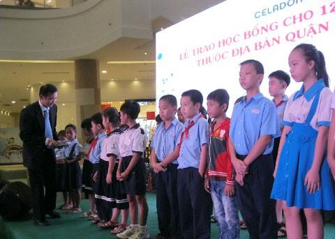 Celadon City và HDBank trao học bổng học sinh nghèo ảnh 1