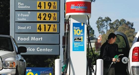 """OPEC """"khoanh tay"""" khiến giá dầu chạm """"đáy"""" mới ảnh 1"""