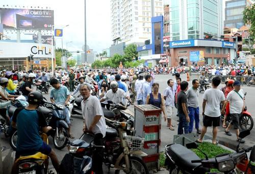 Người Sài Gòn đổ ra đường đón Tổng thống Obama ảnh 1