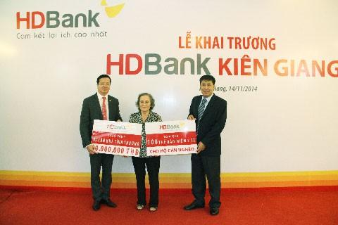 HDBank dành 1,2 tỷ đồng tặng nhà tình thương, thẻ BHYT ảnh 1