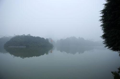 Đường phố Hà Nội phủ kín sương mù ảnh 1