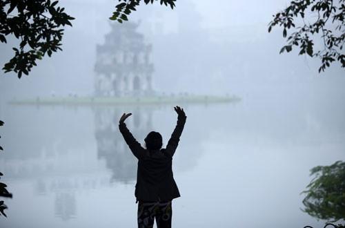 Đường phố Hà Nội phủ kín sương mù ảnh 3