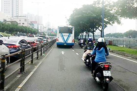 Xe buýt lấn tuyến vượt đèn đỏ ảnh 1