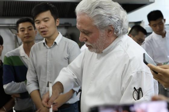 Bếp trưởng 2 sao Michelin tiếp lửa đam mê ẩm thực với đầu bếp Việt  ảnh 1