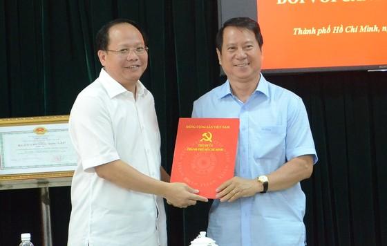 Thành ủy TPHCM trao quyết định nghỉ hưu cho đồng chí Nguyễn Hữu Nhân ảnh 1