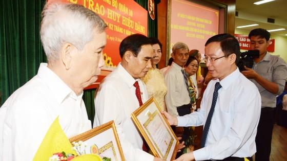 Trao tặng Huy hiệu Đảng cho 82 đảng viên ở Bình Tân ảnh 5