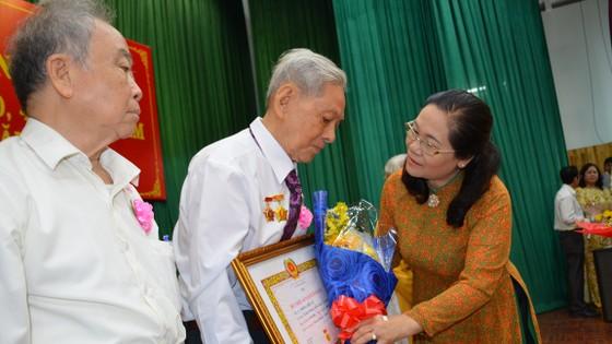 Trao tặng Huy hiệu Đảng cho 82 đảng viên ở Bình Tân ảnh 4