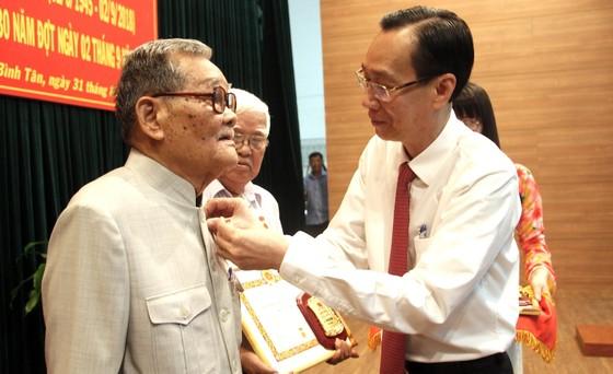 Trao tặng Huy hiệu Đảng cho 82 đảng viên ở Bình Tân ảnh 1
