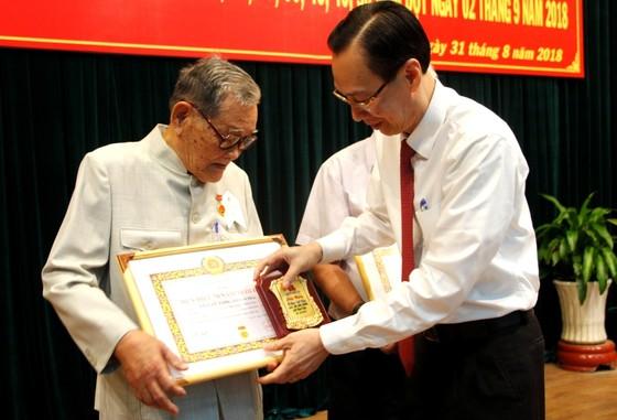 Trao tặng Huy hiệu Đảng cho 82 đảng viên ở Bình Tân ảnh 2