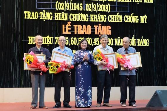 Trao tặng Huy hiệu Đảng cho 82 đảng viên ở Bình Tân ảnh 3