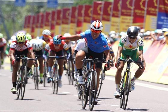 Giải xe đạp quốc tế VTV 2017: Lê Văn Duẩn phản ứng trọng tài ảnh 2