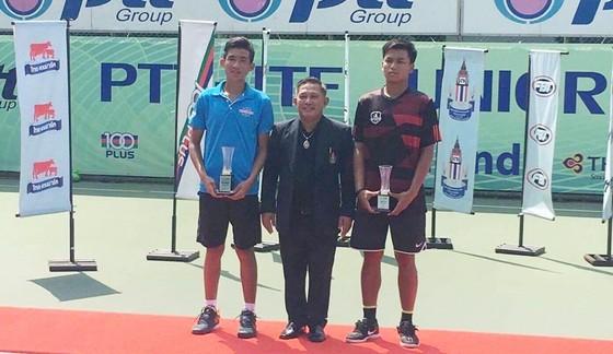 Nguyễn Văn Phương (trái) vơi chiếc cúp vô địch