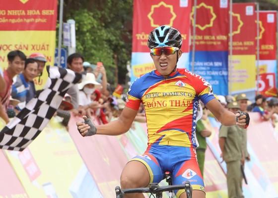 Phạm Quốc Cường ăn mừng chiến thắng tại đích đến.