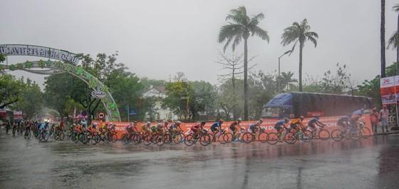Lê Nguyệt Minh chiến thắng trong mưa lệ ảnh 1