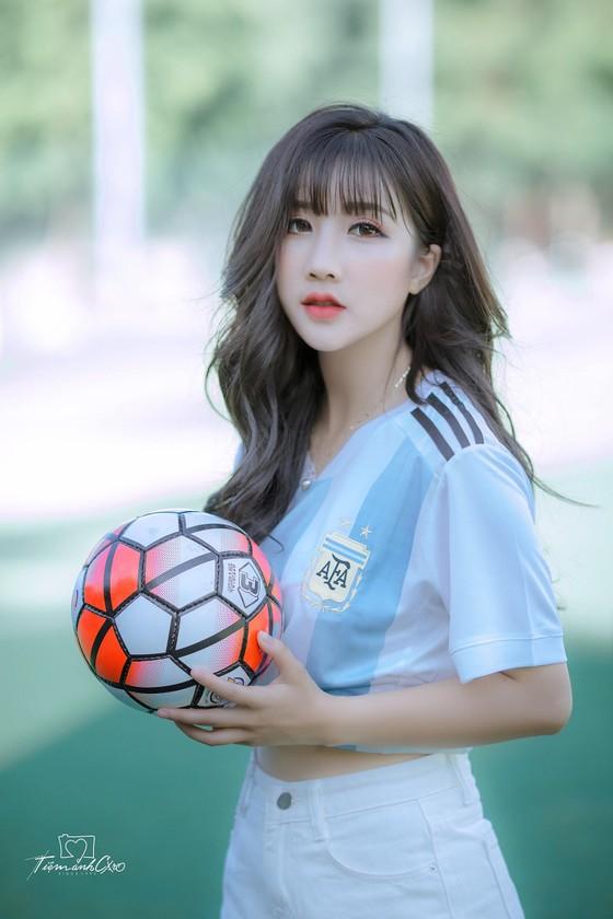 Linh Hương trong màu áo của Argentina.