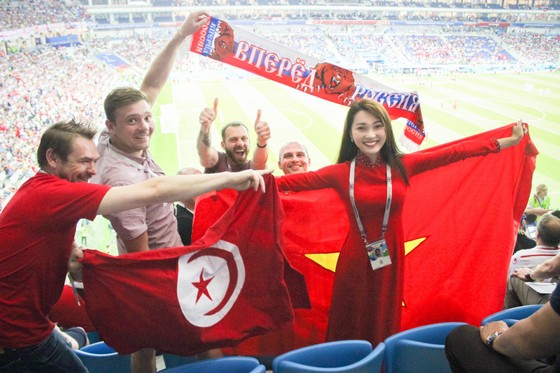 Người đẹp Ngọc Nữ trên khán đài ủng hộ Ronaldo và đội Bồ Đào Nha.