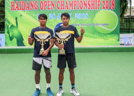 Hai tay vợt Thái Lan với Cúp vô địch.