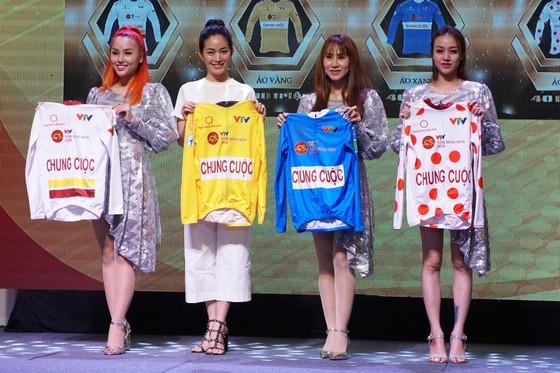 Diễn viên Mai Thanh Hà và nhóm Mây Trắng giới thiệu các danh hiệu giải. Ảnh: Hoàng Hùng