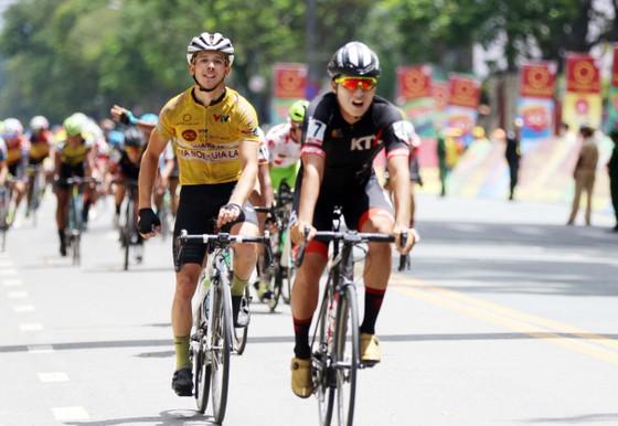 Tay đua David Van Eerd cán đích ở chặng cuối.