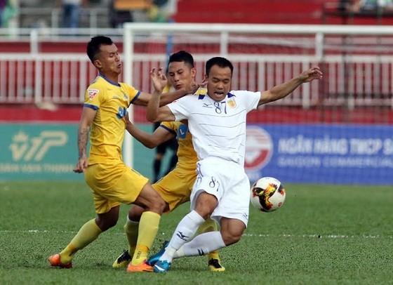 Tiến Thành (Thanh Hóa, bên trái) cản đường tấn công của Quang Vinh (TPHCM).  Ảnh: DŨNG PHƯƠNG