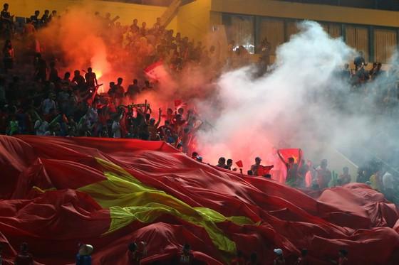 Niềm vui của CĐV Việt Nam sau bàn mở tỷ số (ảnh: HỮU THÀNH)
