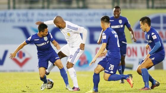 B.Bình Dương (áo xanh) và cả Quảng Nam cùng đặt mục tiêu giành chiến thắng ở vòng 19. (Ảnh: DŨNG PHƯƠNG)