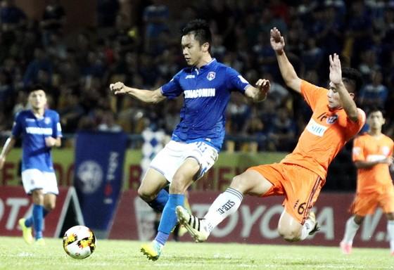 Than Quảng Ninh (áo xanh) bị Đà Nẵng cầm hòa trên sân nhà. (Ảnh: MINH HOÀNG)