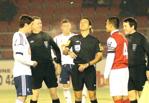 Trọng tài Jampei (giữa) từng sang Anh điều khiển trận đấu