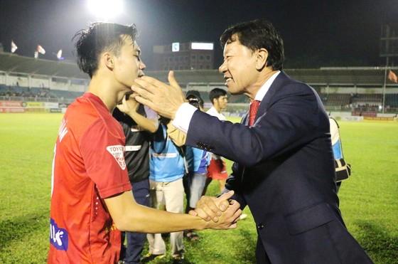 GĐKT Chung Hae-seong chúc mừng Văn Toàn sau trận đấu. Ảnh: ĐÌNH THẢO