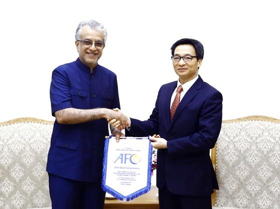 Ông Ebrahim Al Khalifa trao cờ lưu niệm của AFC cho Phó Thủ tướng Vũ Đức Đam. Ảnh: MINH HOÀNG