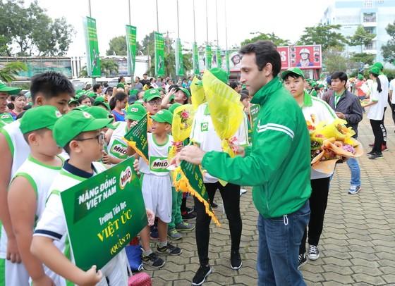 Ban tổ chức trao cờ lưu niệm cho các đội dự giải