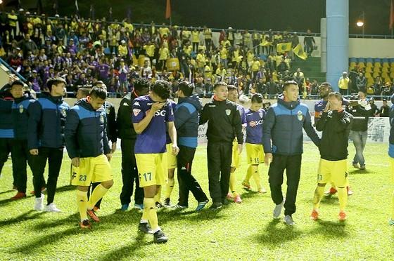 Nỗi thất vọng của cầu thủ Hà Nội sau trận hòa trên sân Cẩm Phả. Ảnh: MINH HOÀNG