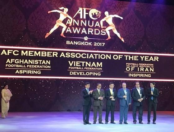 LĐBĐ châu Á trao giải cho đại diện LĐBĐ Việt Nam tại Gala. Ảnh: ANH TRẦN
