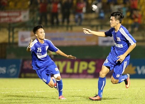 Tiến Linh (bên phải) đang thi đấu nổi bật trong thành phần đội U21 Bình Dương. Ảnh: DŨNG PHƯƠNG