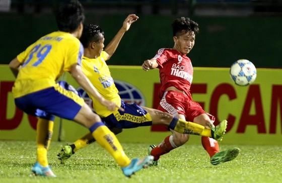 Đội Viettel (áo đỏ) may mắn có trận hòa trước Đồng Tháp. Ảnh: Anh Trần