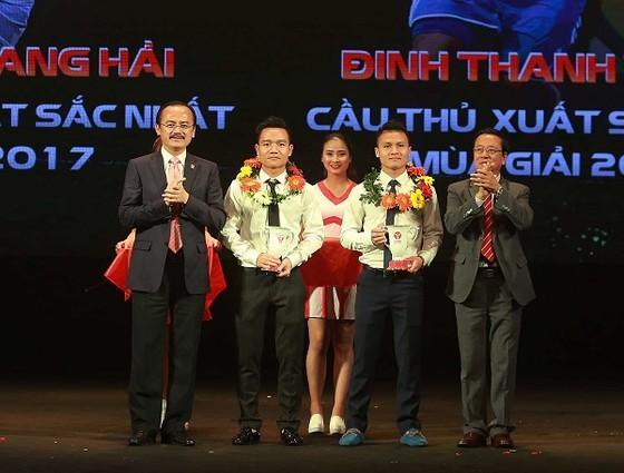 Lãnh đạo VPF trao giải cho Đinh Thanh Trung và Nguyễn Quang Hải. Ảnh: MINH HOÀNG