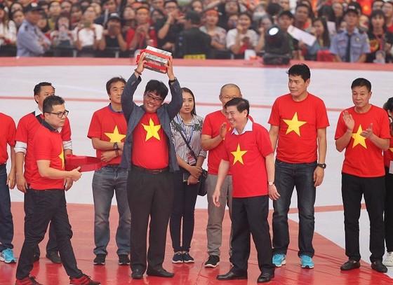 Chủ tịch UBND TPHCM Nguyễn Thành Phong trao thưởng cho tập thể và các cá nhân của đội U23 Việt Nam. Ảnh: HOÀNG HÙNG