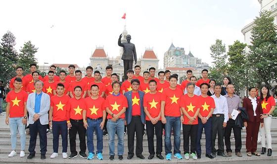 Đội U23 Việt Nam dự lễ dâng hương tượng đài Bác Hồ trên phố đi bộ đường Nguyễn Huệ ảnh 5