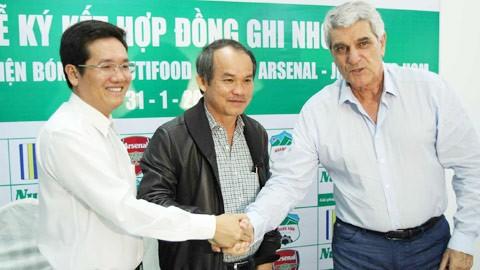 Ông Trần Thanh Hải (bìa trái)