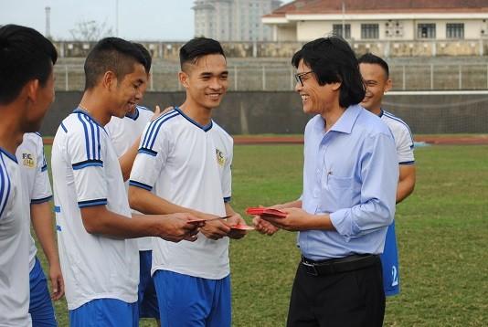 Trưởng đoàn Đoàn Phùng trao bao lì xì đầu năm cho các cầu thủ