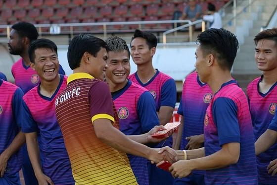 Các CLB V-League ra sân tập và nhận lộc đầu Xuân ảnh 1