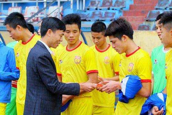 Lãnh đạo CLB Nam Định lì xì lấy hên cho các cầu thủ ở buổi tập đầu năm. Ảnh NDFC